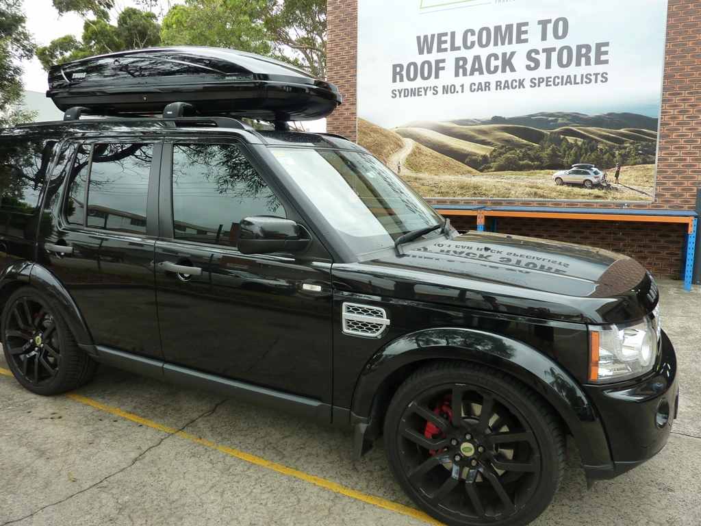 Land Rover with Thule Motion 900 XXL