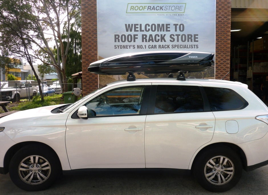 Mitsubishi Outlander with Thule Excellence Roof Box